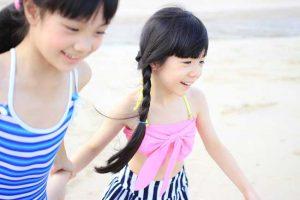 Des enfants asiatiques s'amusant à la plage