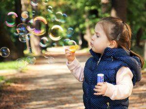 Un enfant faisant des bulles en voyage